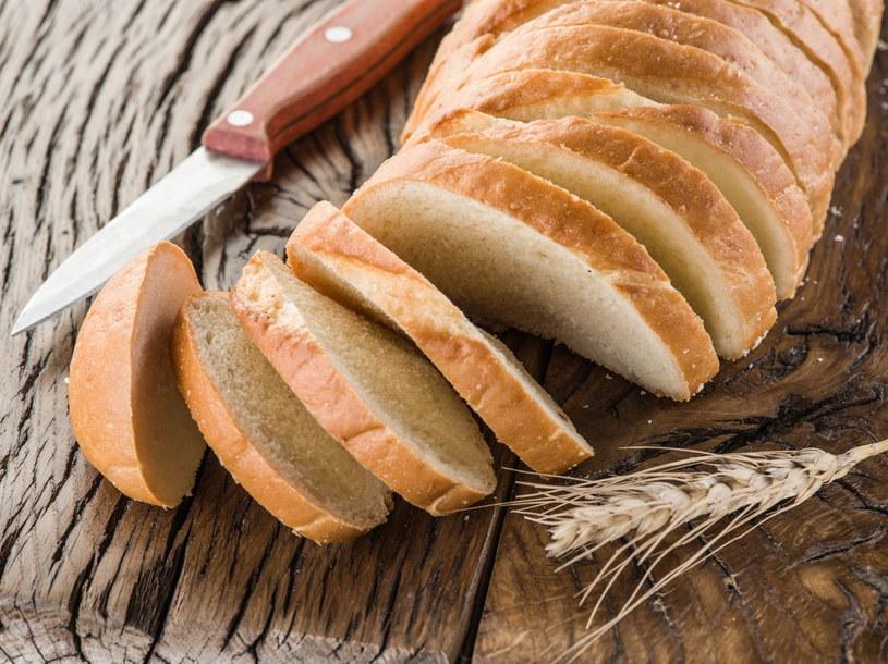 Miąższ chleba możesz wykorzystać podczas... czyszczenia lamp /123RF/PICSEL