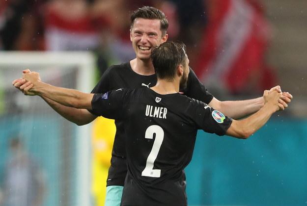 Michael Gregoritsch i Andreas Ulmer cieszący się ze zwycięstwa w meczu z Macedonią Północną /Marko Djurica / POOL /PAP/EPA