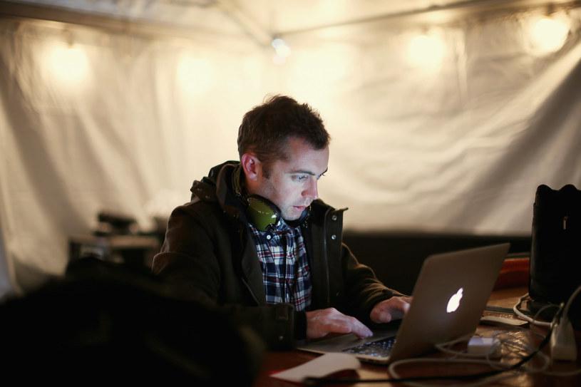 Michael Hastings z nieodłącznymi słuchawkami /AFP