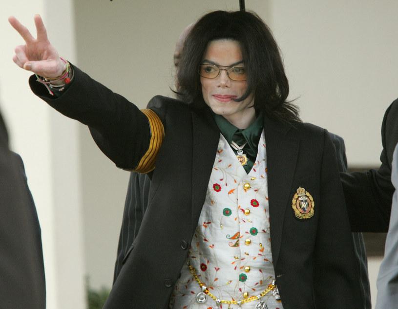 Michael Jackson w 2005 r. podczas procesu o molestowanie seksualne nieletnich /Kimberly White/Corbis /Getty Images