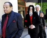 Michael Jackson z ojcem i adwokatem /AFP
