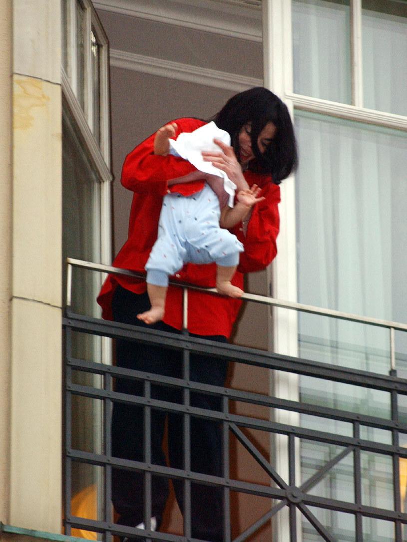 Michael Jackson z synkiem na balkonie w berlińskim hotelu /Olaf Selchow /Getty Images