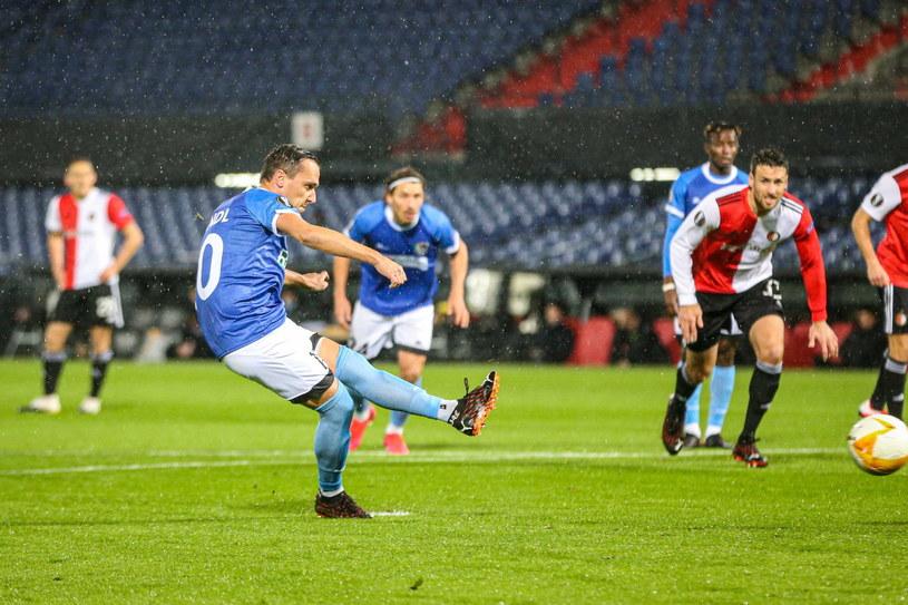 Michael Liendl kieruje piłkę do bramki Feyenoordu po raz pierwszy... /PAP