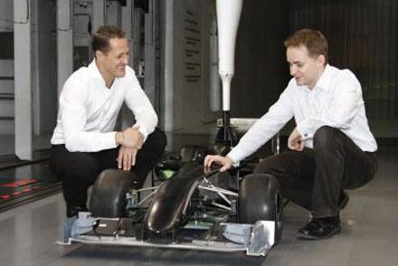 Michael Schumacher i  John Owen  nad modelem nowego bolidu / kliknij /