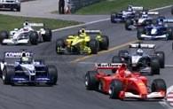 Michael Schumacher (z prawej) tuż po starcie obejmuje prowadzenie