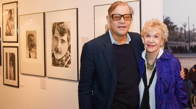 Michael York z żoną na tle jej prac w Centrum Kultury Katowice - fot. Andrzej Grygiel /PAP