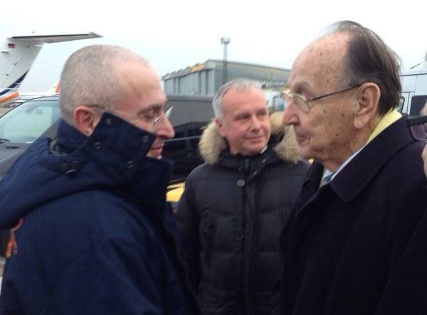 Michaił Chodorkowski (L) po przylocie do Berlina /AFP