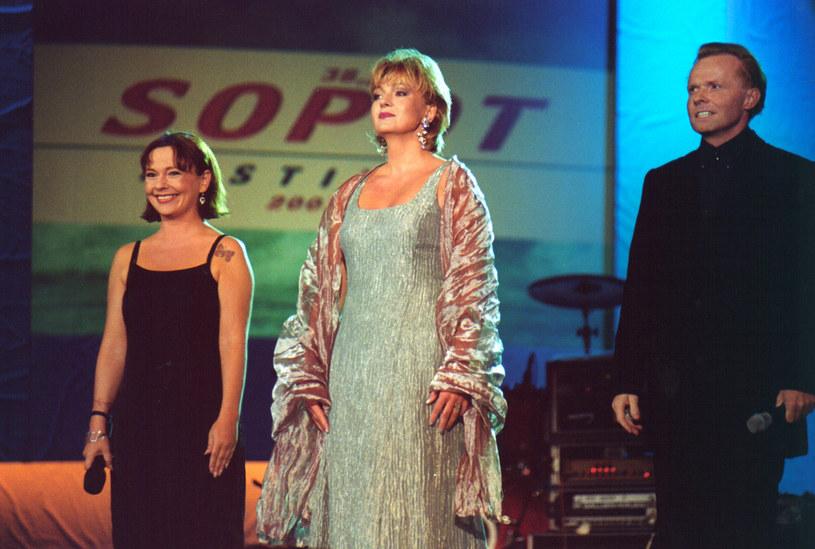 Michał Bajor w Sopocie w 2001 roku z Fioką Najdenowicz i Małgorzatą Walewską /AKPA