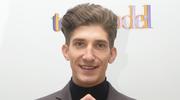 Michał Baryza pozuje do zdjęcia bez majtek
