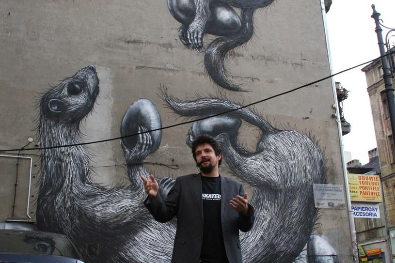 Michał Bieżyński opowiada o muralach uczestnikom wycieczki /Ewelina Karpińska-Morek /INTERIA.PL