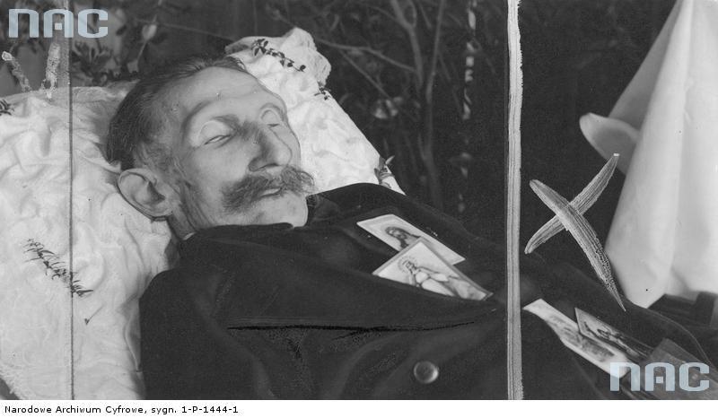 """Michał Drzymała na łożu śmierci. Na zmarłym położono """"święte obrazki"""" /Z archiwum Narodowego Archiwum Cyfrowego"""