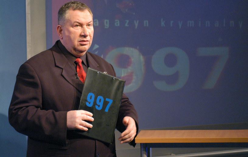 """Michał Fajbusiewicz na planie """"Magazynu kryminalnego 997"""", 2004 rok/TVP /Ireneusz Sobieszczuk /Agencja FORUM"""
