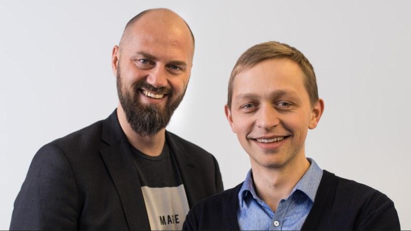 """Michał Grzybowski i Szczepan Bentyn, autorzy książki """"Kryptowaluty. Dlaczego jeden bitcoin będzie wart milion dolarów"""" /&nbsp"""