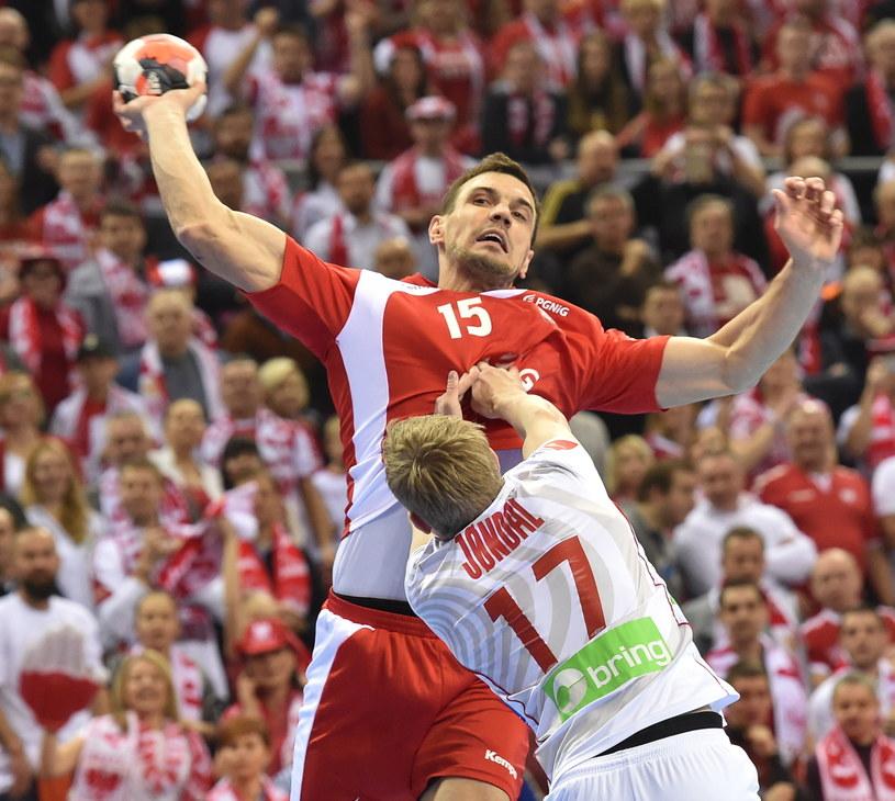 Michał Jurecki w meczu z Norwegią. Blokuje go Magnus Joendal. /Jacek Bednarczyk /PAP