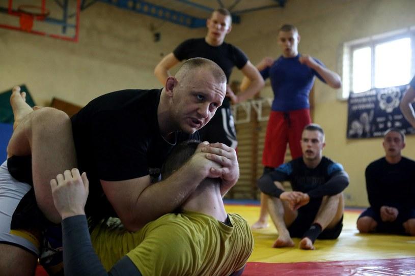Michał Kita dzieli się swoją wiedzą z młodymi adeptami MMA, Fot Facebook /INTERIA.PL