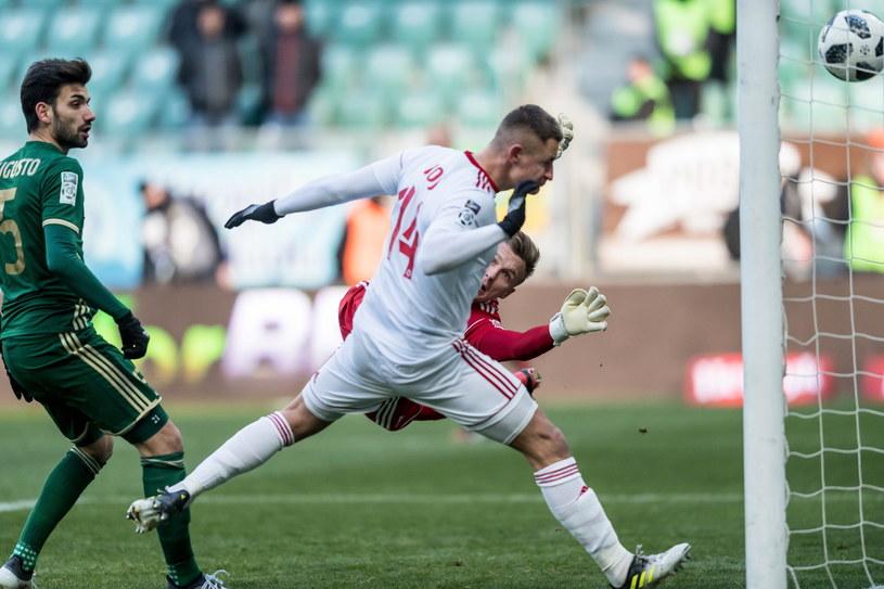 Michał Koj strzela gola na 1-0 / Maciej Kulczyński    /PAP