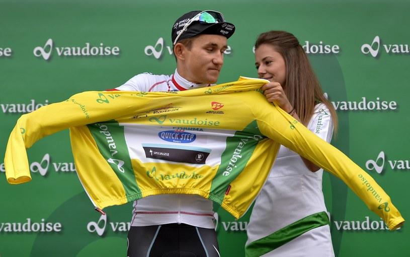 Michał Kwiatkowski zakłada żółtą koszulkę lidera Tour de Romandie /AFP