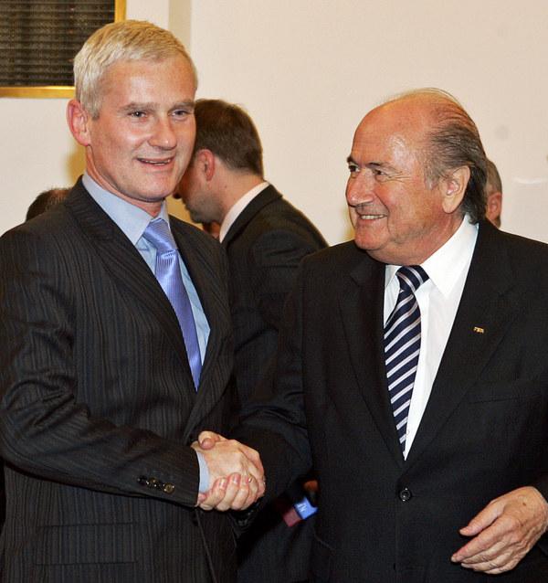 Michał Listkiewicz i Sepp Blatter w 2007 roku /AFP