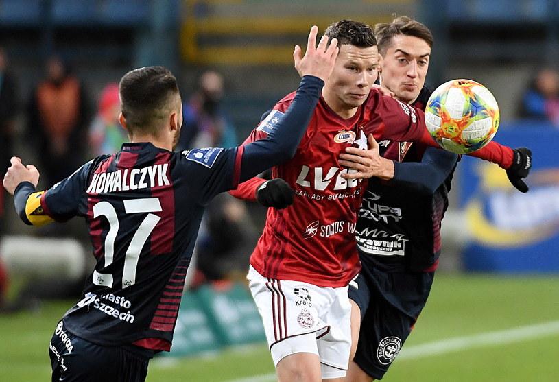 Michał Mak w pojedynku z Sebastianem Kowalczykiem (po lewej) i Davidem Stecem (po prawej) / Jacek Bednarczyk    /PAP