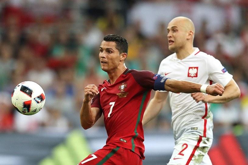 Michał Pazdan (z prawej) w walce o piłkę z CR7 podczas Euro 2016 /AFP