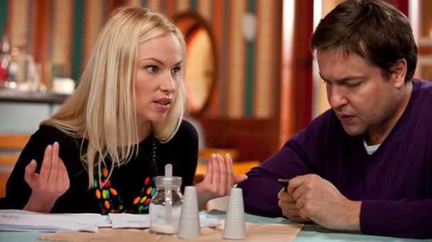 Michał (Robert Kudelski) jest zdominowany przez sprytną Laurę (Weronika Książkiewicz) /TVN