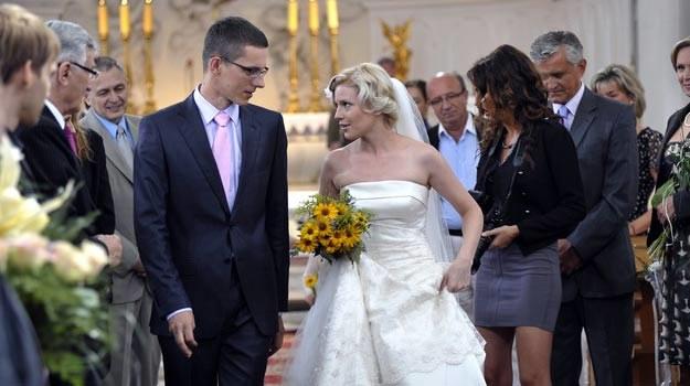 Michał Sieczkowski (Mateusz) i Karolina Nolbrzak (Iwona) na serialowym ślubnym kobiercu /AKPA