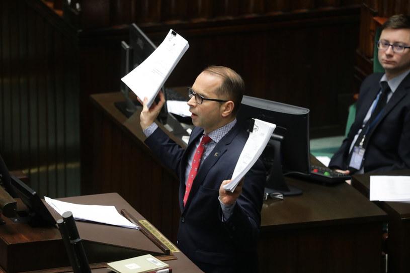 Michał Szczerba rzuca dokumentami z mównicy /Tomasz Gzell /PAP