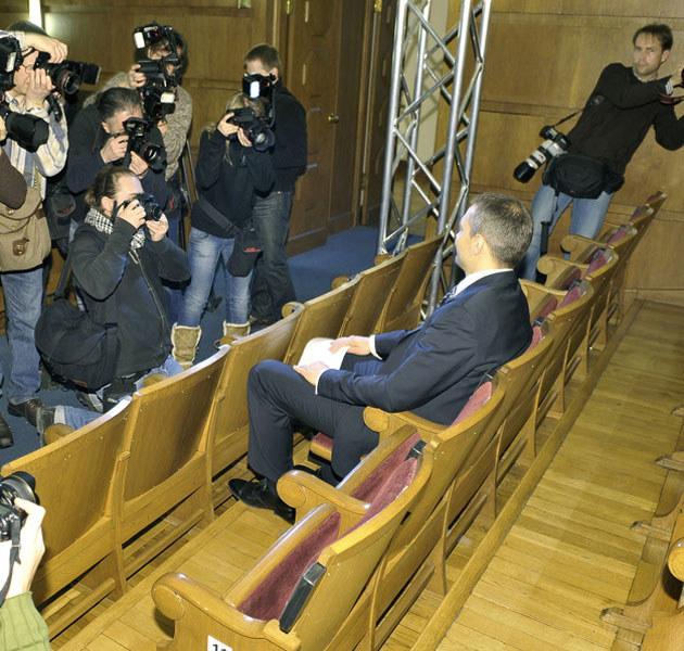 Michał Żebrowski pozuje fotoreporterom w swoim teatrze. /Gałązka /AKPA