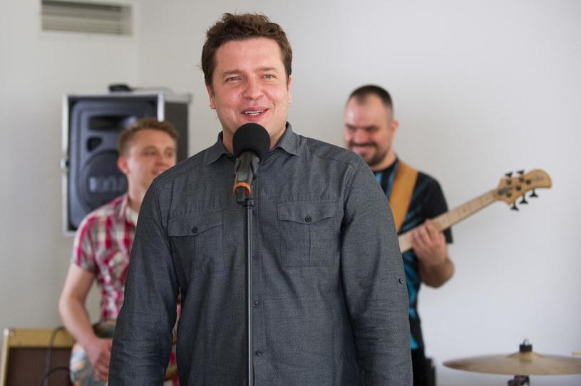 Michał zostanie wokalistą w zespole, który gra na weselach! /x-news/ Radek Orzeł /TVN
