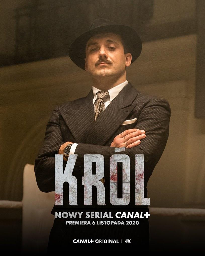 """Michał Żurawski na plakacie serialu """"Król"""" /Canal+"""