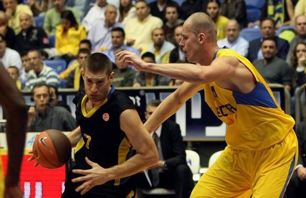 Michalis Pelekanos (z piłką) i Maciej Lampe /AFP