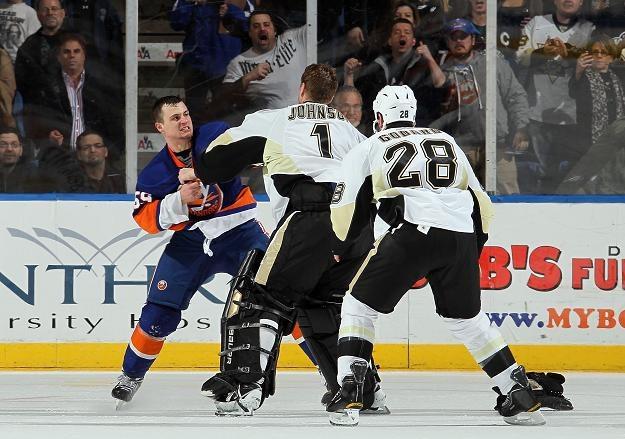 Micheal Haley (z lewej), jeden z negatywnych bohaterów meczu Islanders - Penguins /AFP
