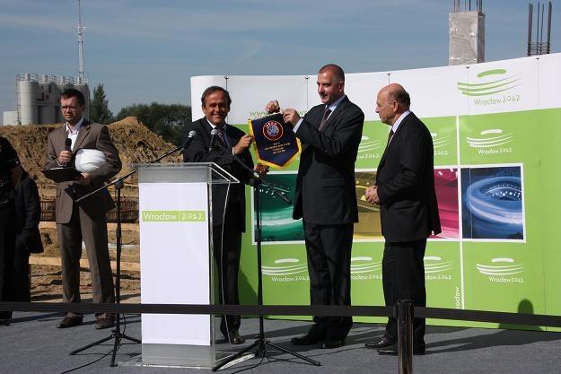 Michel Platini i prezydent Wrocławia - Rafał Dutkiewicz. Z prawej Grzegorz Lato. /AFP