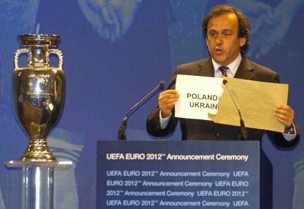 Michel Platini ogłasza wybór organizatora Euro 2012 /AFP