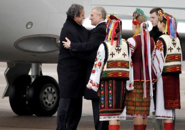 Michel Platini (tu z Hrihorijem Surkisem) musi wypić piwo, które naważył Komitet Wykonawczy. /AFP