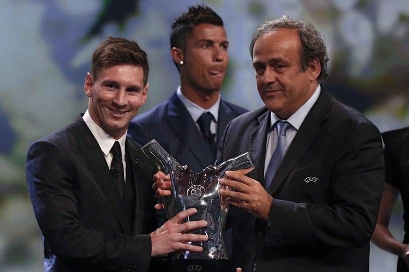 Michel Platini w sierpniu 2015 r. wręczał nagrodę dla Piłkarza Roku UEFA Lionelowi Messiemu, z tyłu Cristiano Ronaldo, który zajął drugie miejsce. /AFP