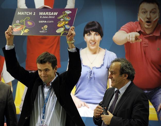 Michel Platini wręczył Pawłowi Michalczakowi wylosowany przez niego bilet na Euro 2012. /AFP