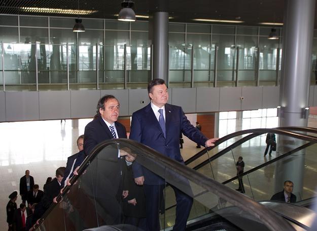 Michel Platini (z lewej) na lotnisku we Lwowie. /AFP