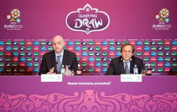 Michel Platini (z prawej) i sekretarz UEFA - Gianni Infantino na konferencji przed losowaniem. /AFP