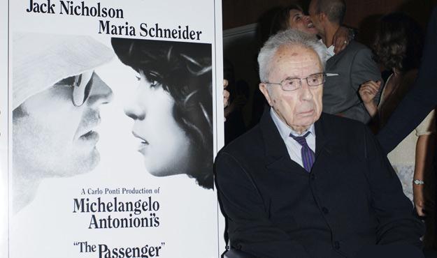 """Michelangelo Antonioni przy plakacie swego filmu """"Zawód: reporter"""", fot. Stephen Shugerman /Getty Images/Flash Press Media"""