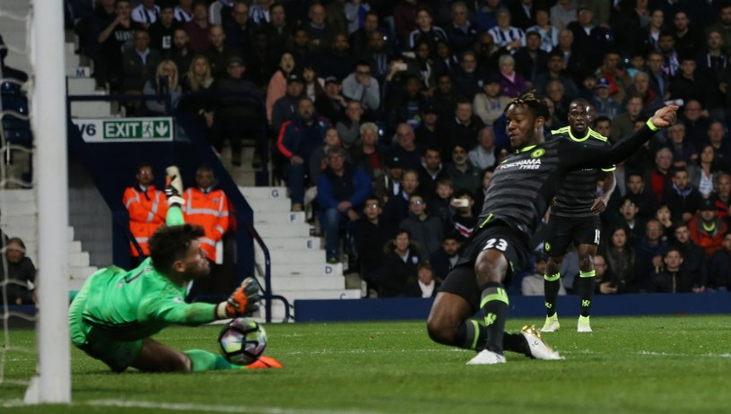 Michy Batshuayi strzela gola dla Chelsea /PAP/EPA
