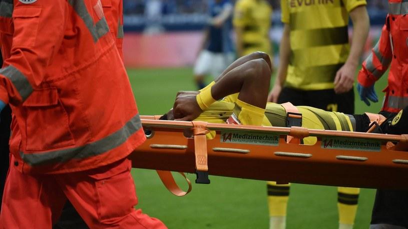 Michy Batshuayi ucierpiał podczas derbowego starcia z Schalke /Imago