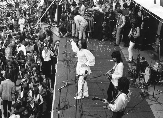 Mick Jagger w białej tunice na koncercie w Hyde Parku w 1969 roku - fot. Reg Burkett/Hulton Archive /Getty Images/Flash Press Media