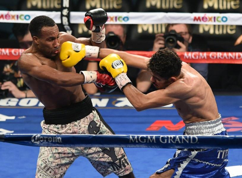 Mickey Bey (z lewej) w walce z Miguelem Vazquezem /AFP