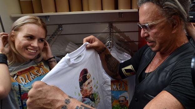 Mickey Rourke był jednym z pierwszych nabywców koszulki z Putinem. /AFP