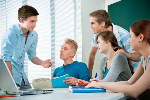 Microsoft chce pomoc młodym ludziom /123RF/PICSEL