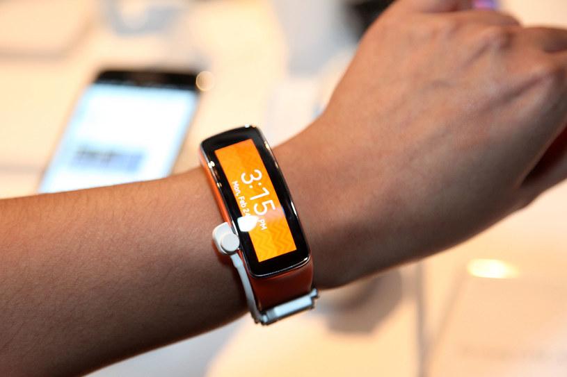 Microsoft pracuje nad sportową opaską, która będzie przypominać Samsung Gear Fit. /AFP