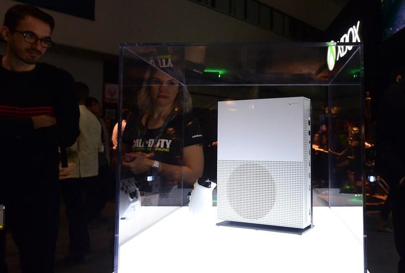 Microsoft zapowiedział dwie konsole: jedną z nich, wersję slim XO, można było oglądnąc na targach /AFP