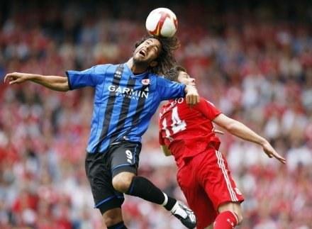 Mido (L) w walce o piłkę /AFP