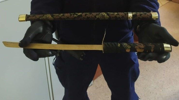 Miecz samurajski, którym mężczyzna groził ratownikom /KPP Puck /Policja